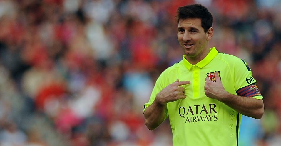 Messi gesticula com companheiros em jogo do Barcelona contra Almería
