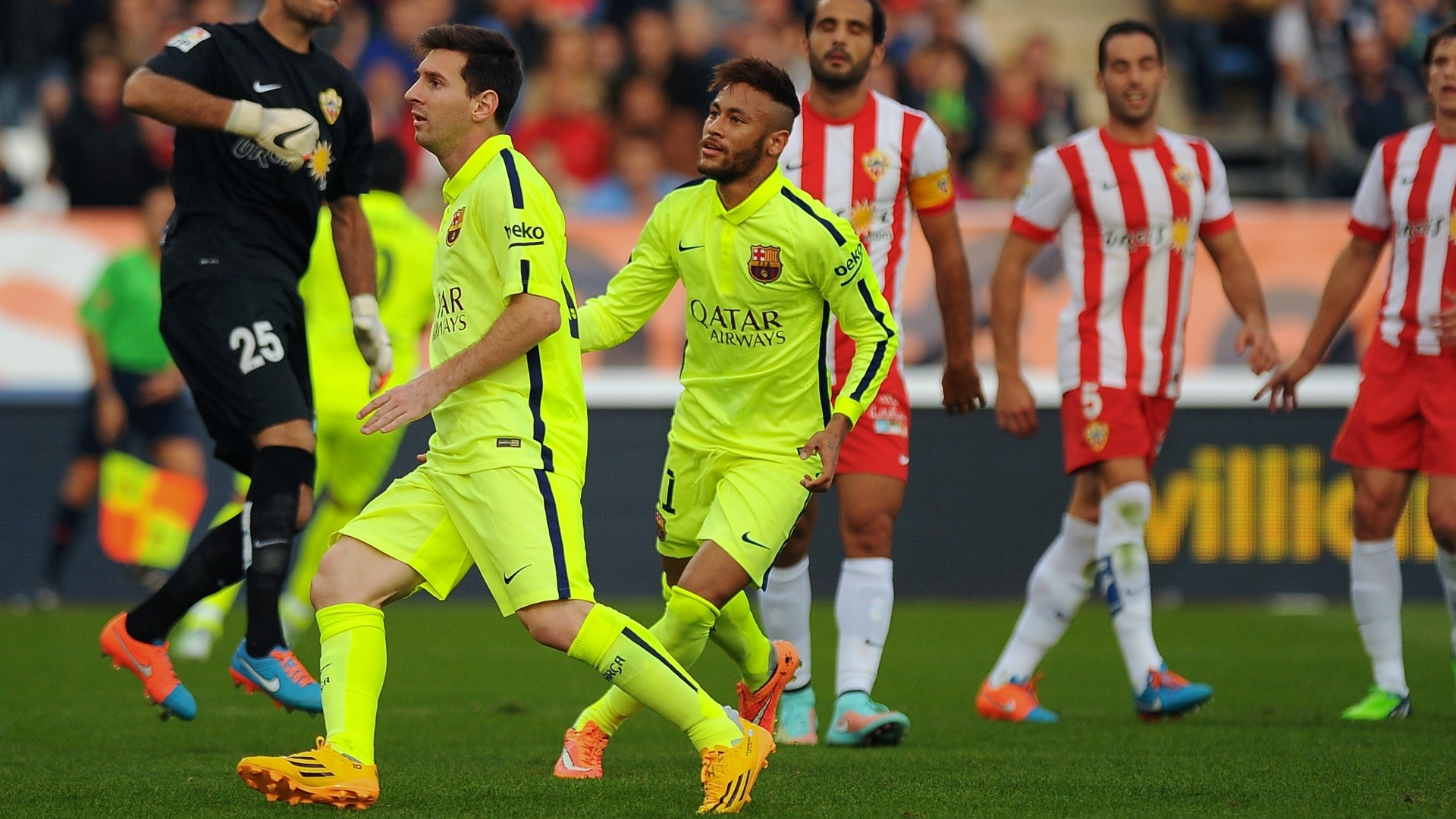 Neymar e Messi comemoram gol do Barcelona contra o Almería, pelo Campeonato Espanhol