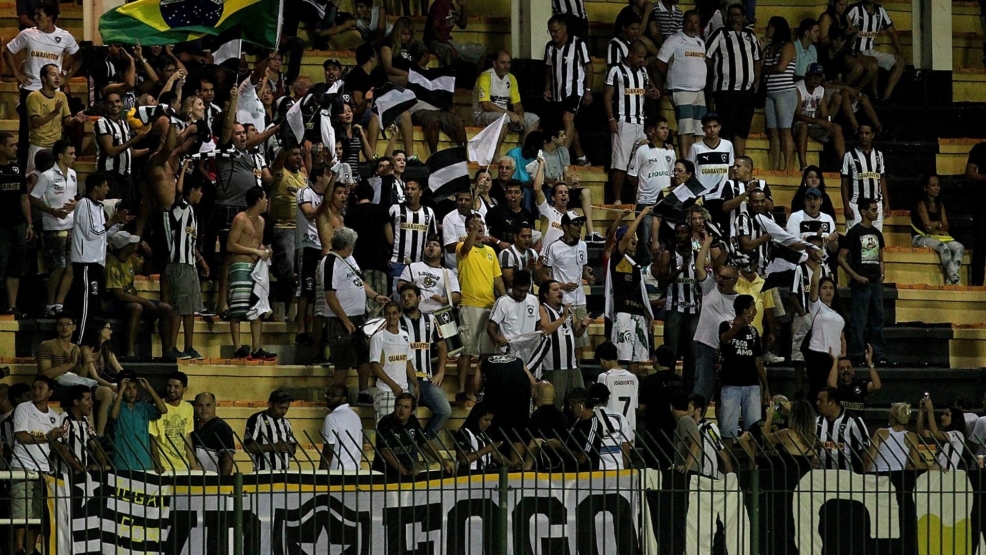 Torcida comparece ao Raulino de Oliveira, em Volta Redonda, para apoiar time do Botafogo