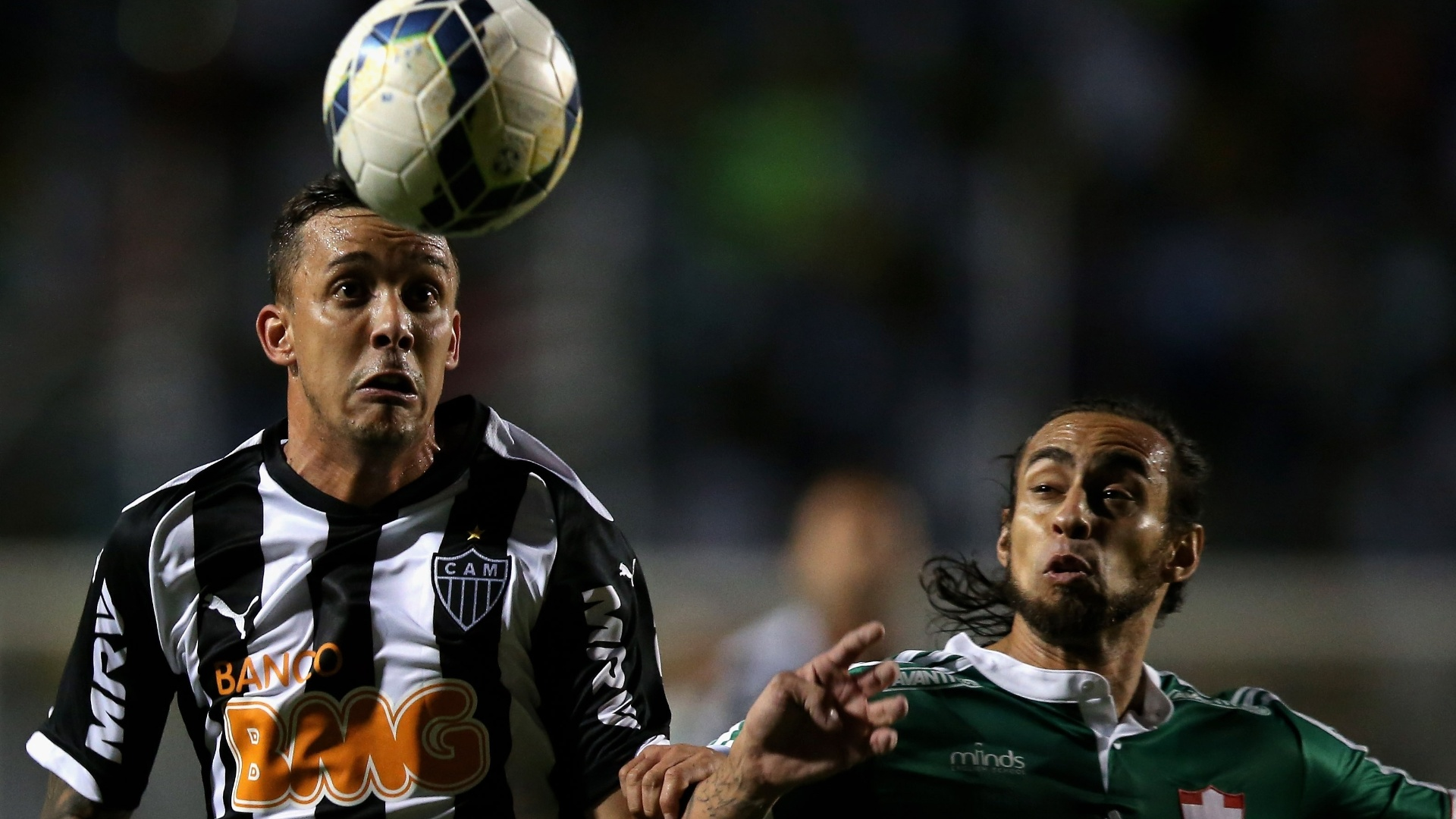 Valdívia (d), do Palmeiras, disputa a bola com Pedro Botelho, do Atlético-MG, no Pacaembu