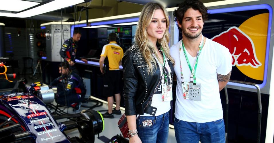 Casal desfilou de mão dada e aproveitou para visitar o box da Red Bull