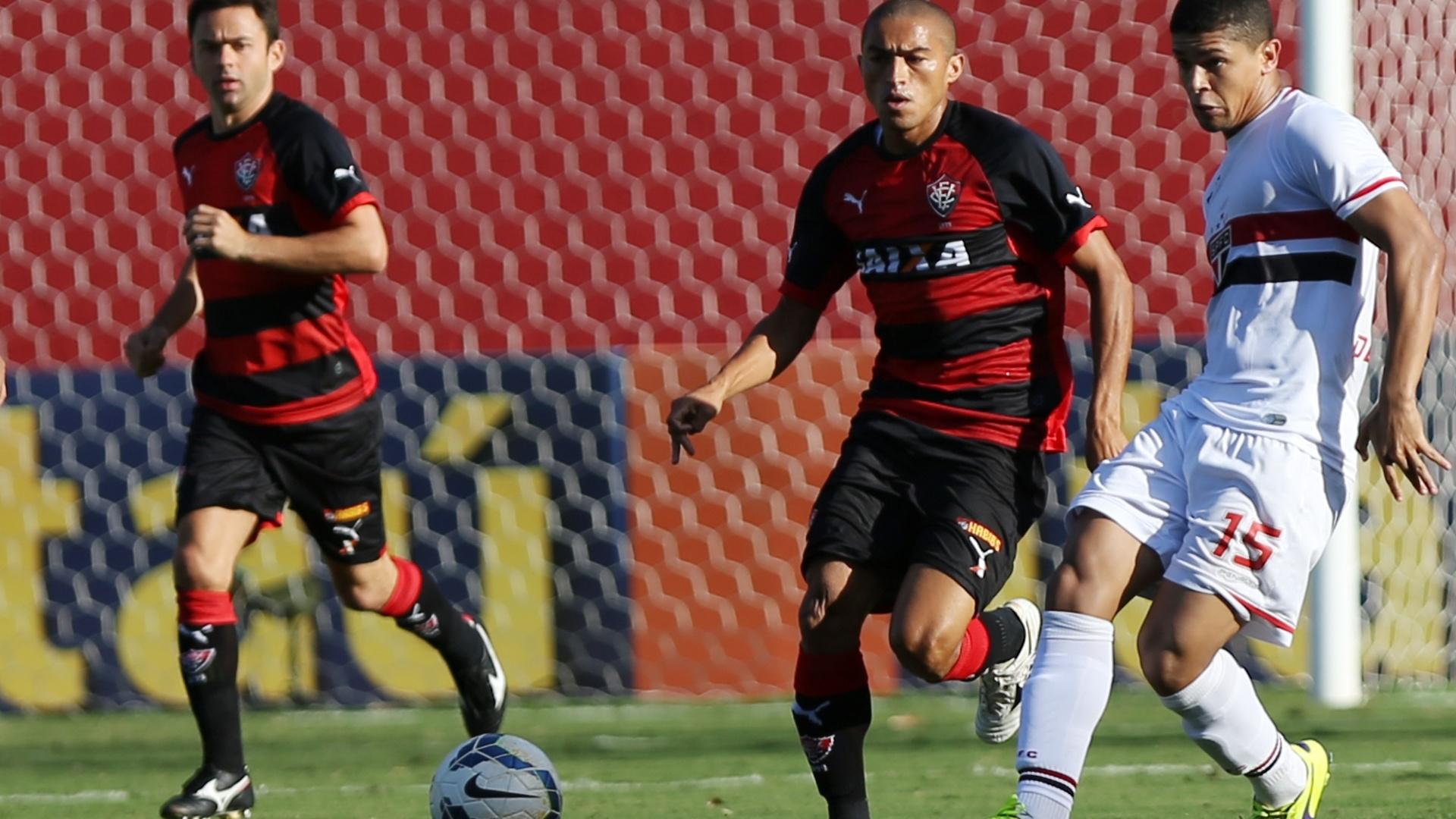 Denilson tenta passe para o São Paulo cercado por Nino, do Vitória