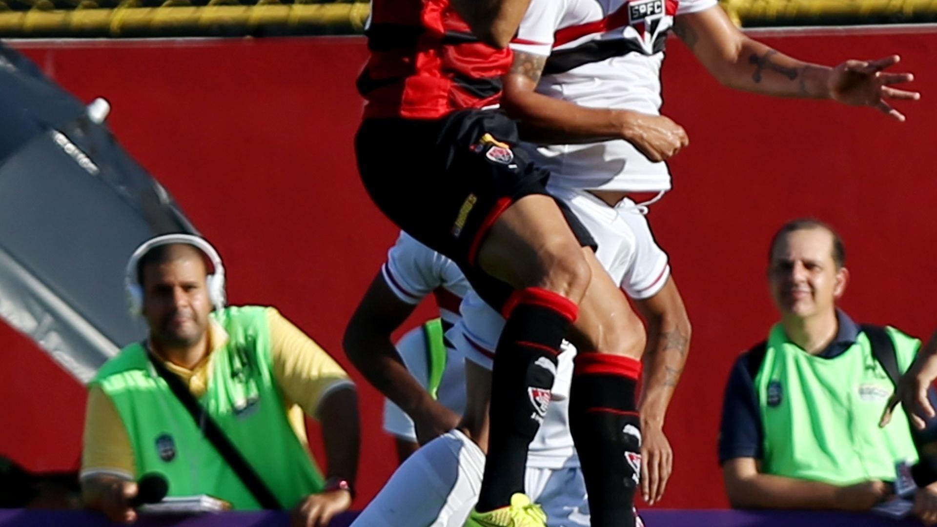 Dinei e Denilson disputam bola pelo alto em Vitória x São Paulo