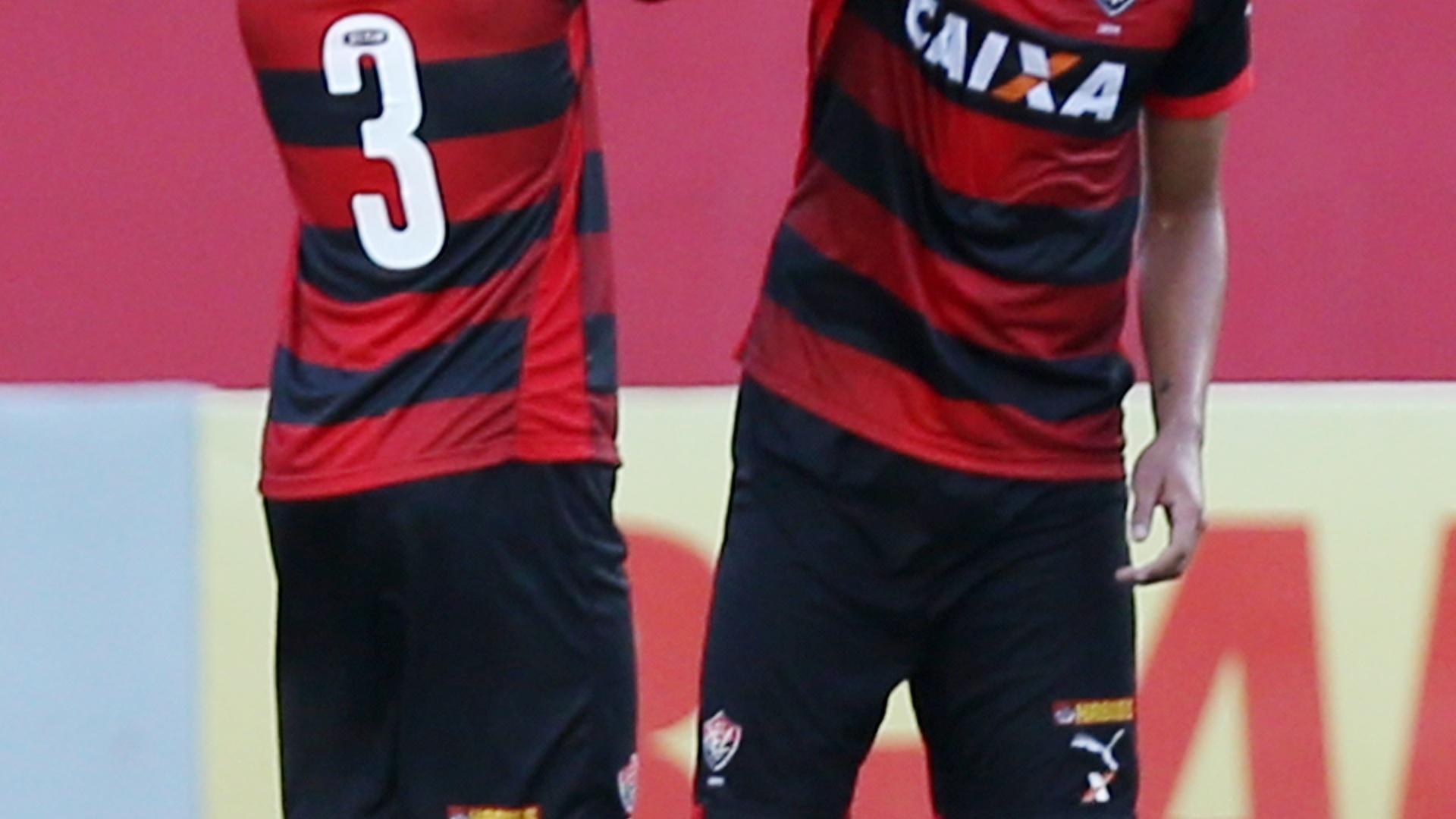 Kadu comemora seu gol, o 1° do Vitória sobre o São Paulo no Barradão