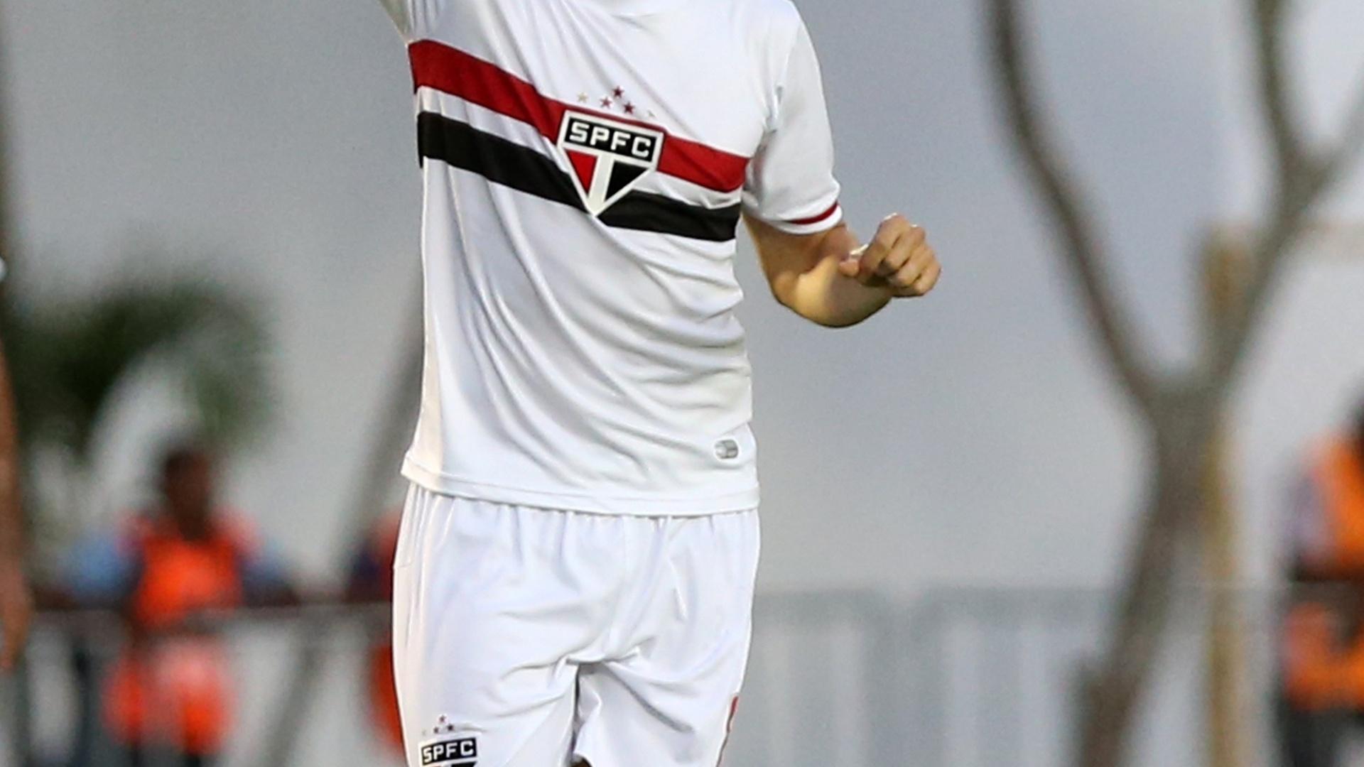 Kaká comemora seu gol, o do triunfo do São Paulo sobre o Vitória por 2 a 1