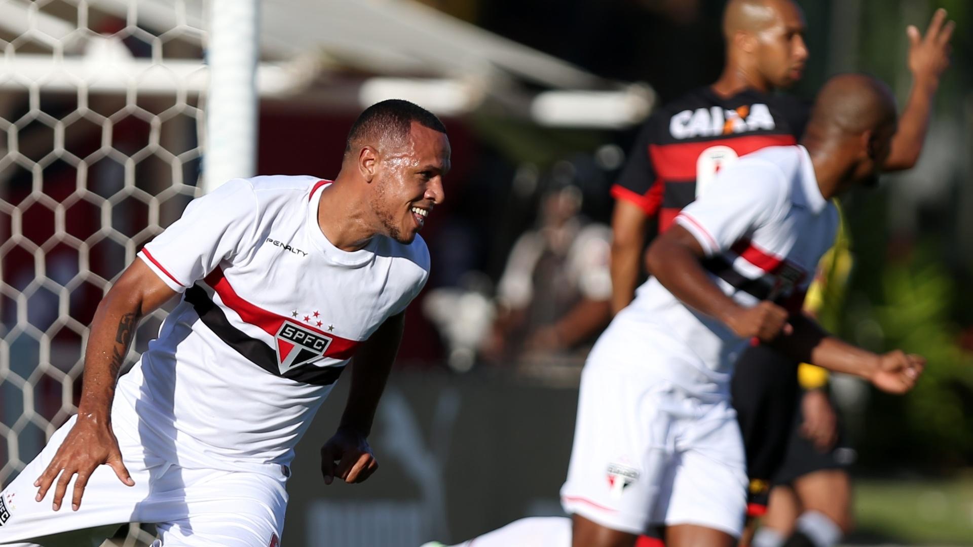 Luís Fabiano sia para comemorar após marcar para o São Paulo sobre o Vitória