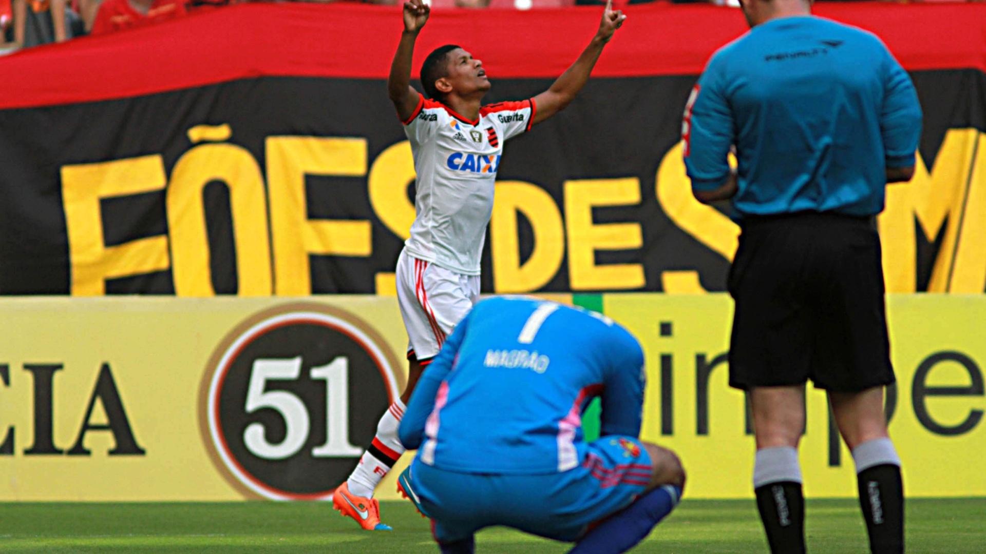 Márcio Araújo comemora gol do Flamengo ao fundo, enquanto Magrão lamenta