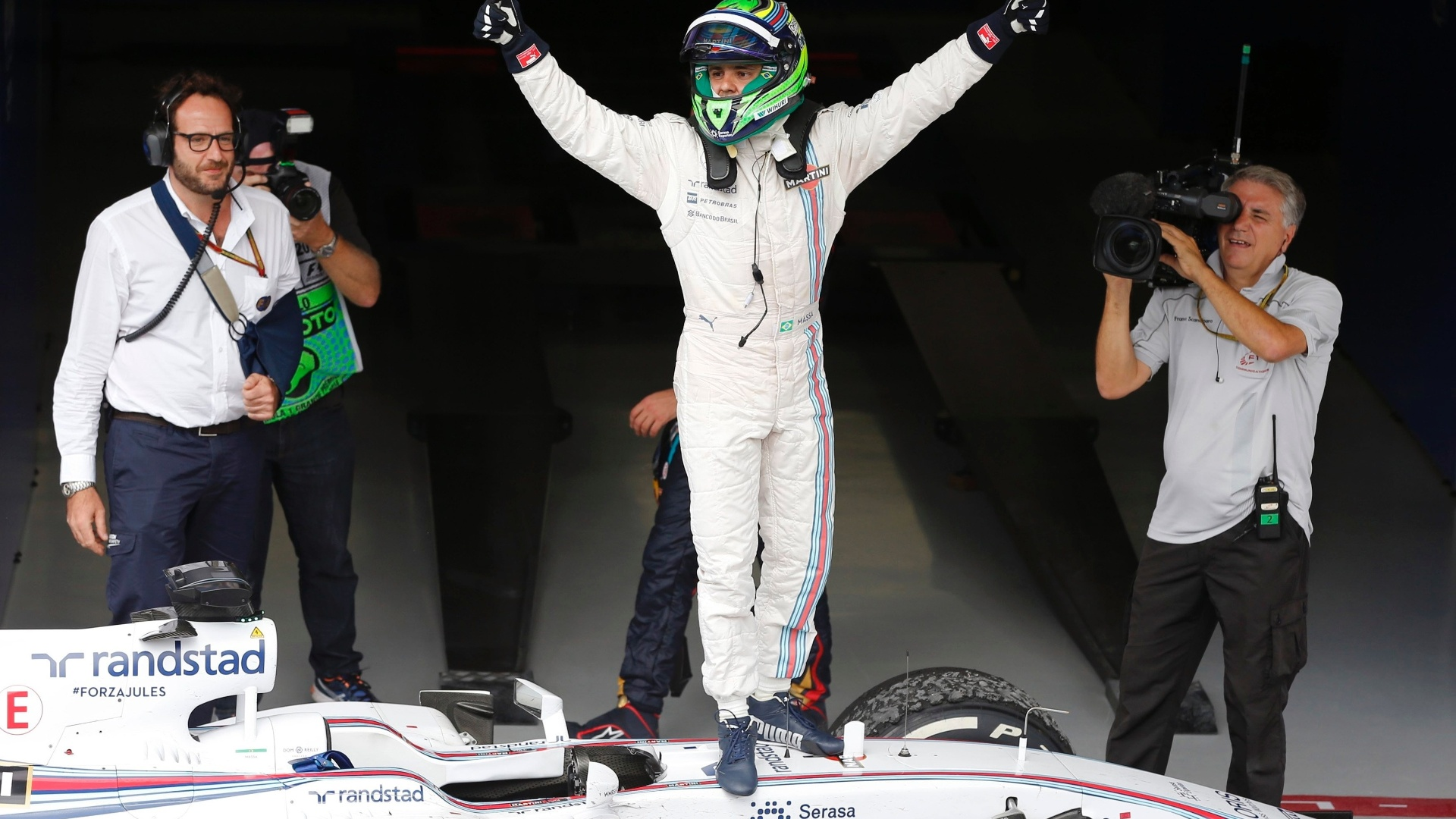 Massa sobe em sua Williams para comemorar o terceiro lugar no Grande Prêmio do Brasil