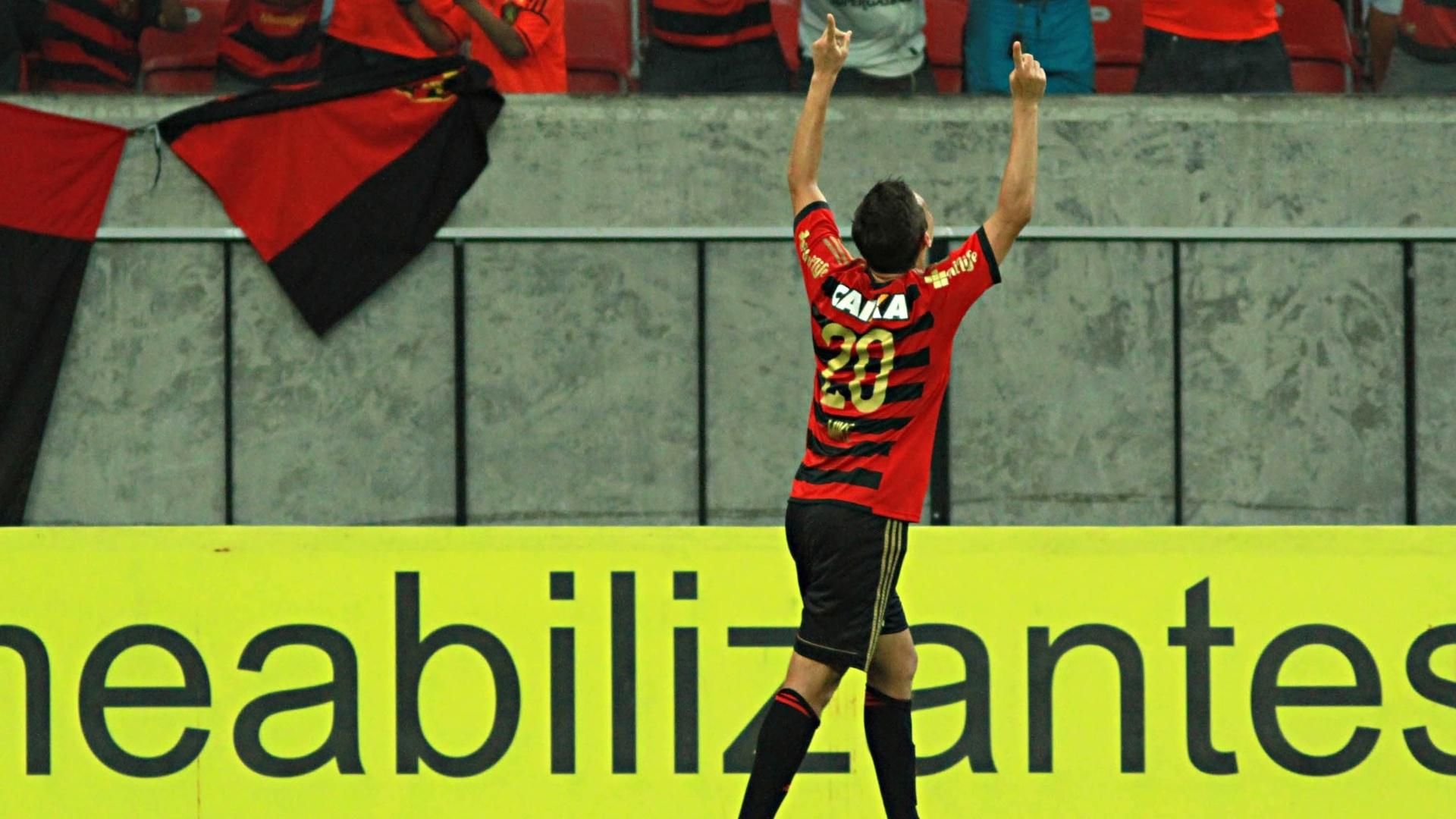 Mike comemora um dos gols do empate no finalzinho do Sport contra o Flamengo