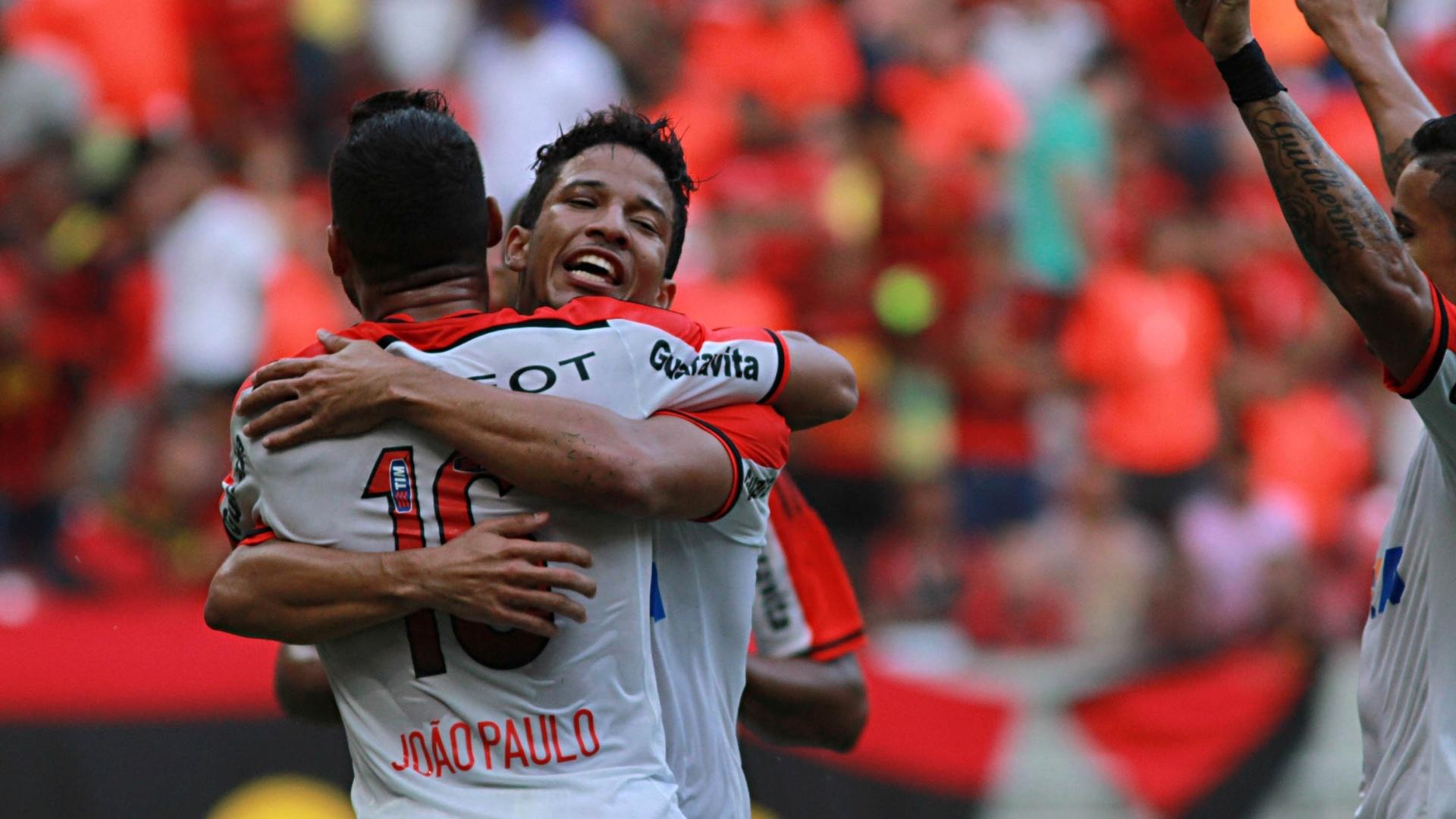 Nixon comemora seu gol, o 2° do Flamengo sobre o Sport