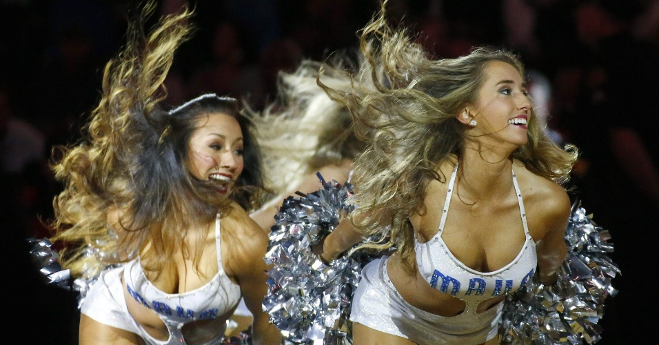 09.nov.2014 - Cheerleaders do Dallas Mavericks fazem apresentação na partida contra o Miami Heat