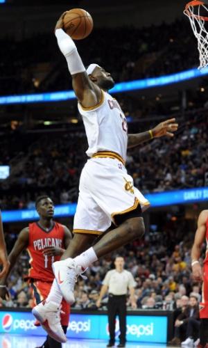 10.nov.2014 - LeBron James converte uma bela enterrada na vitória do Cleveland Cavaliers sobre o New Orleans Pelicans