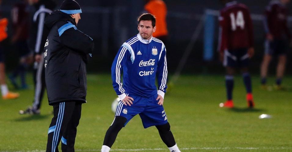 11. nov. 2014 - Lionel Messi conversa com Tata Martino durante treinamento da seleção em Londres