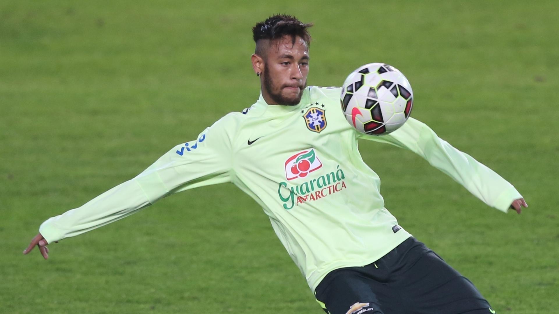 Neymar, atacante da seleção brasileira, se prepara para dar um voleio durante treino realizado em Istambul, antes do amistoso contra a Turquia