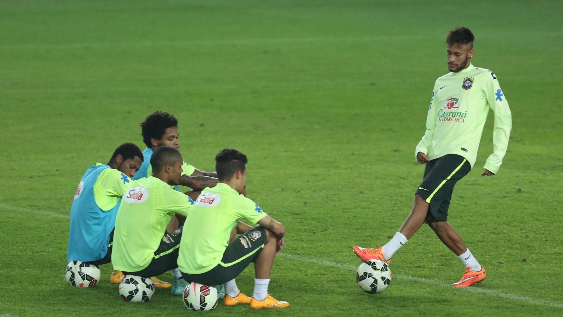 Sentado ao fundo (de colete azul), Luiz Adriano será o companheiro de Neymar no ataque para o amistoso contra a Turquia, em Istambul