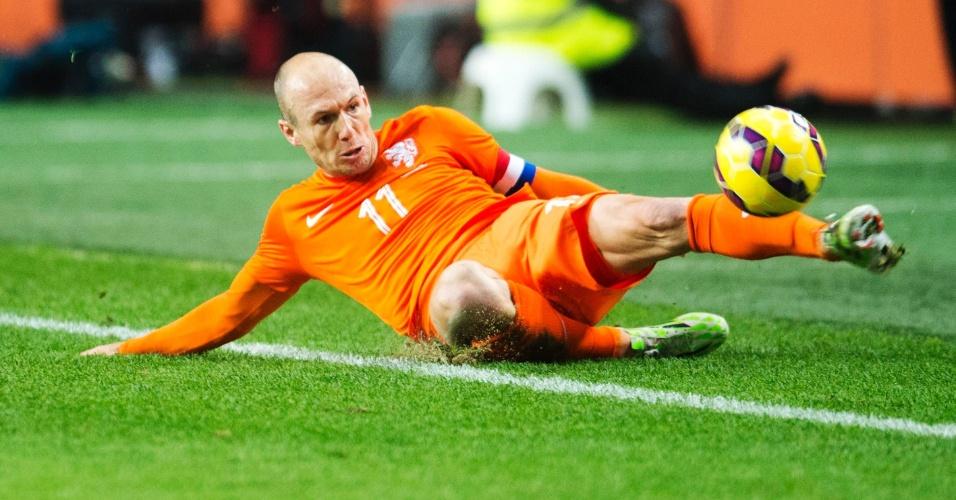 Robben dá carrinho durante amistoso da Holanda