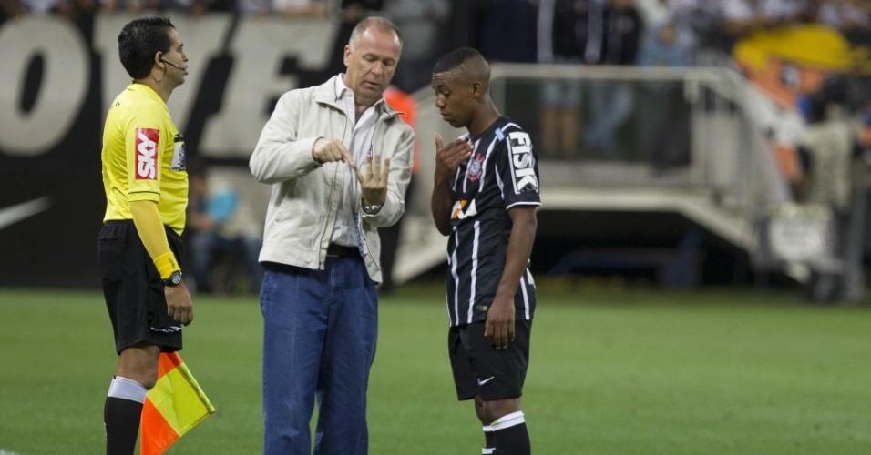 Mano Menezes conversa com o atacante Malcom no clássico contra o Santos