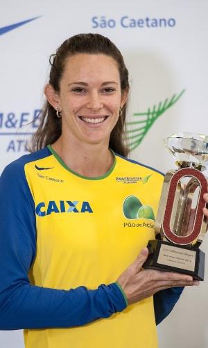 17.set.2014 - Fabiana Murer mostra o troféu da Liga Diamante