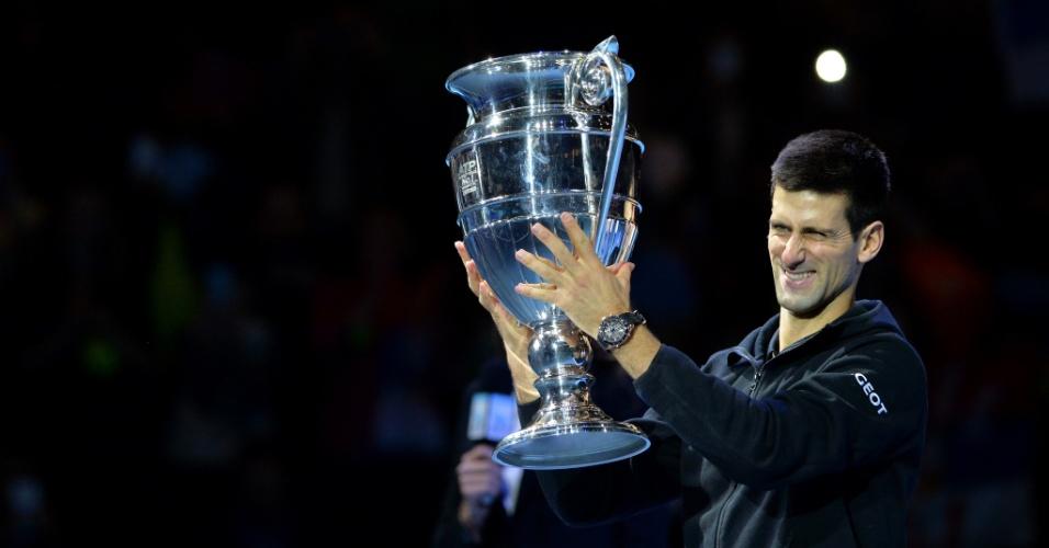 Após o jogo, Djokovic recebeu o troféu por terminar o ano como número 1