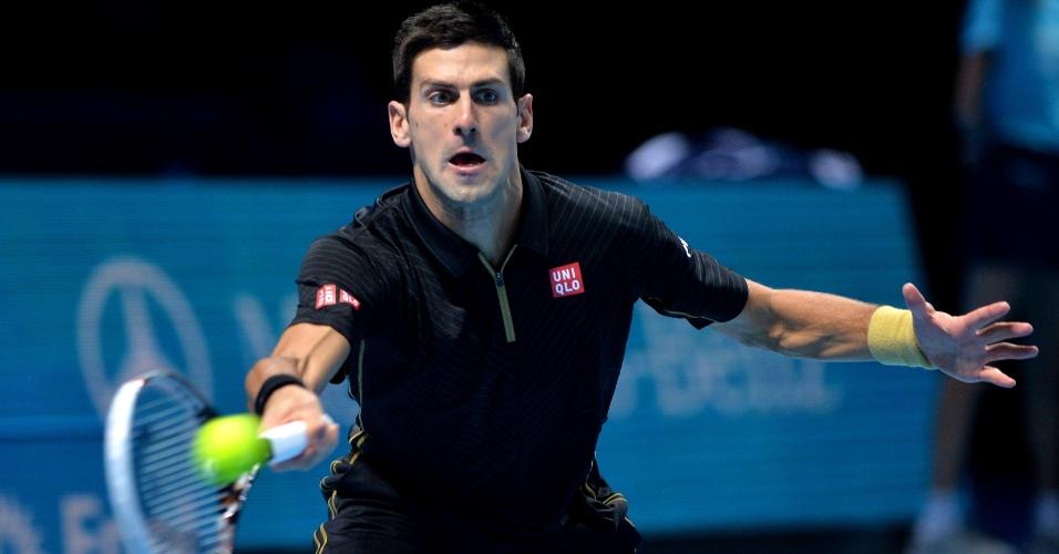 Novak Djokovic se estica para evitar ponto de Tomas Berdych nas Finais da ATP