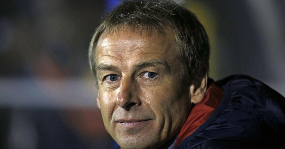 Técnico dos Estados Unidos, Jürgen Klinsmann, observa sua equipe no amistoso contra a Colômbia em Londres