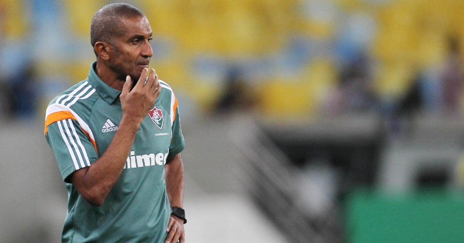 Cristóvão Borges, treinador do Fluminense, observa clássico no Maracanã