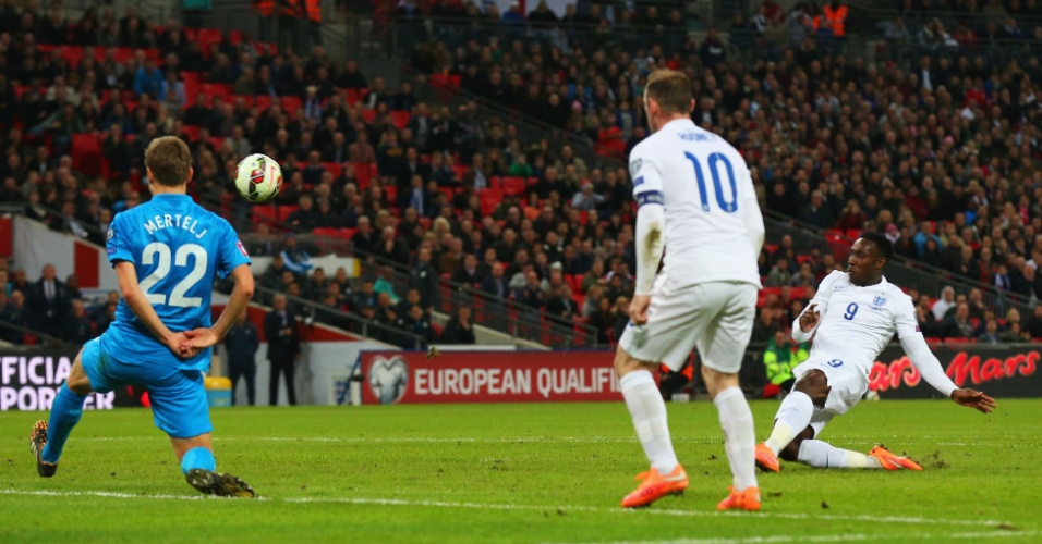 Danny Welbeck marca o segundo gol da Inglaterra diante da Eslovênia