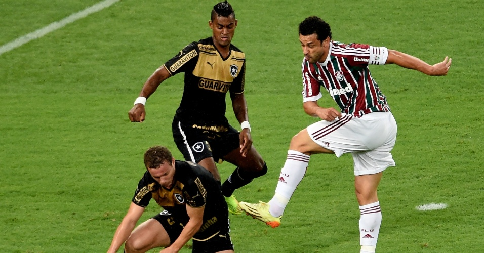 Fred finaliza diante da marcação do botafoguense Marcelo Mattos