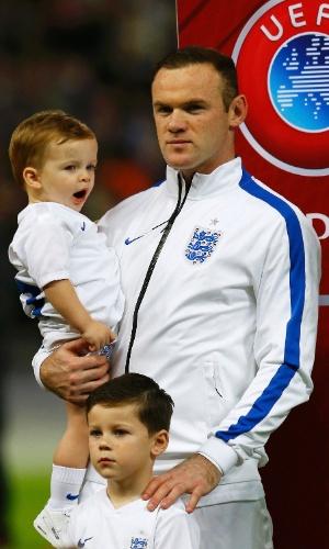 Homenageado, Wayne Rooney entrou em campo com filhos Klay (no colo) e Kai (em pé) antes do jogo da Inglaterra