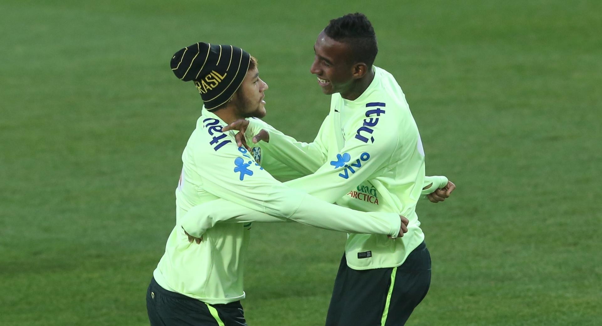 Neymar e Talisca treinaram no frio de Viena na tarde deste sábado (15/11/2014)