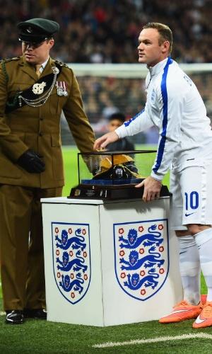 Wayne Rooney é homenageado em seu 100º jogo pela seleção da Inglaterra; neste sábado, o time encara a Eslovênia
