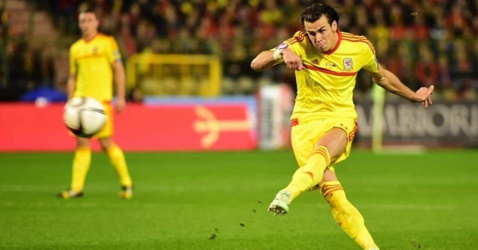 16.nov.2014 - O galês Gareth Bale chuta bola durante partida contra Bélgica, pelas Eliminatórias da Eurocopa