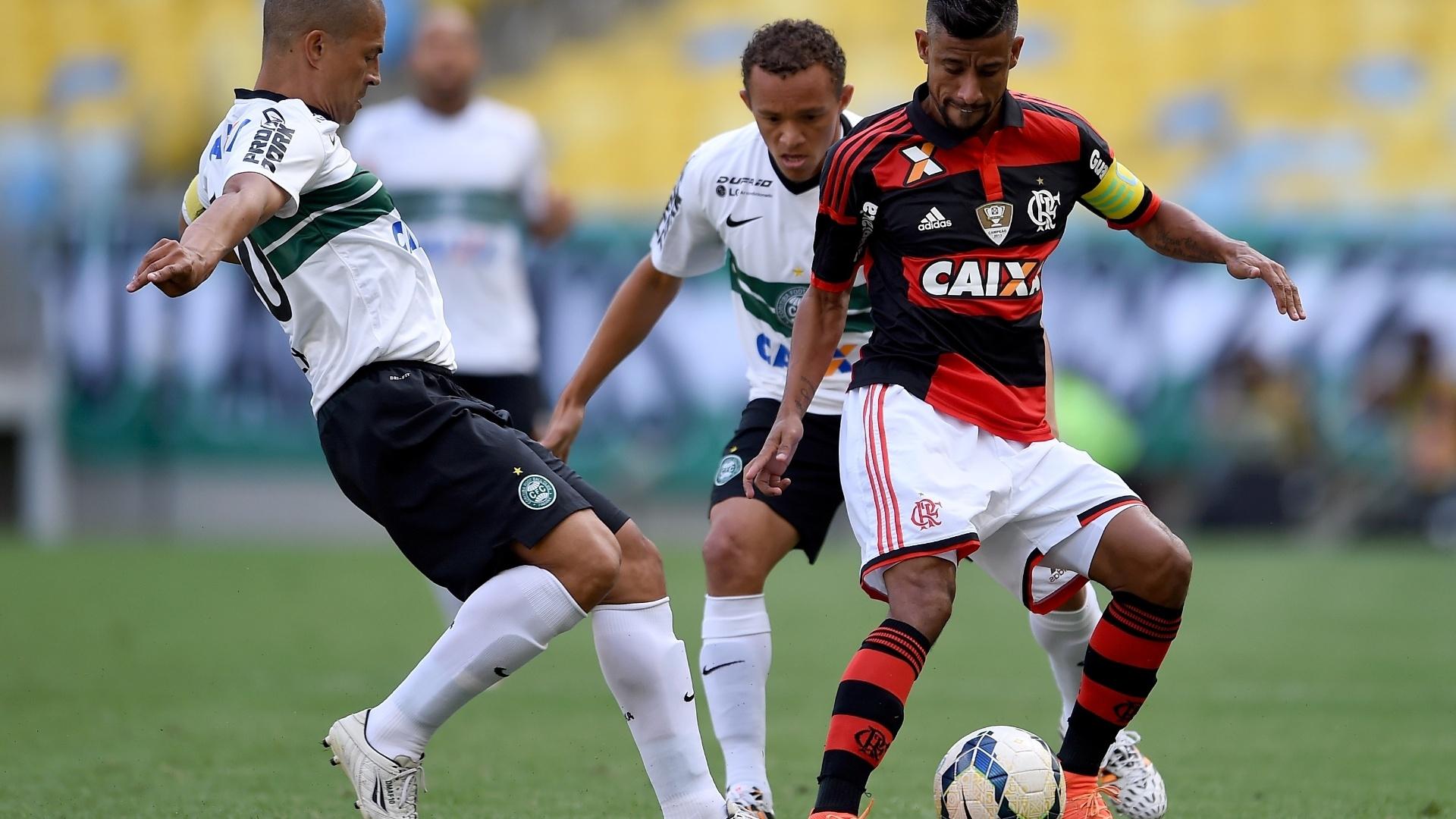 Alex e Léo Moura brigam pela bola na partida entre Flamengo e Coritiba