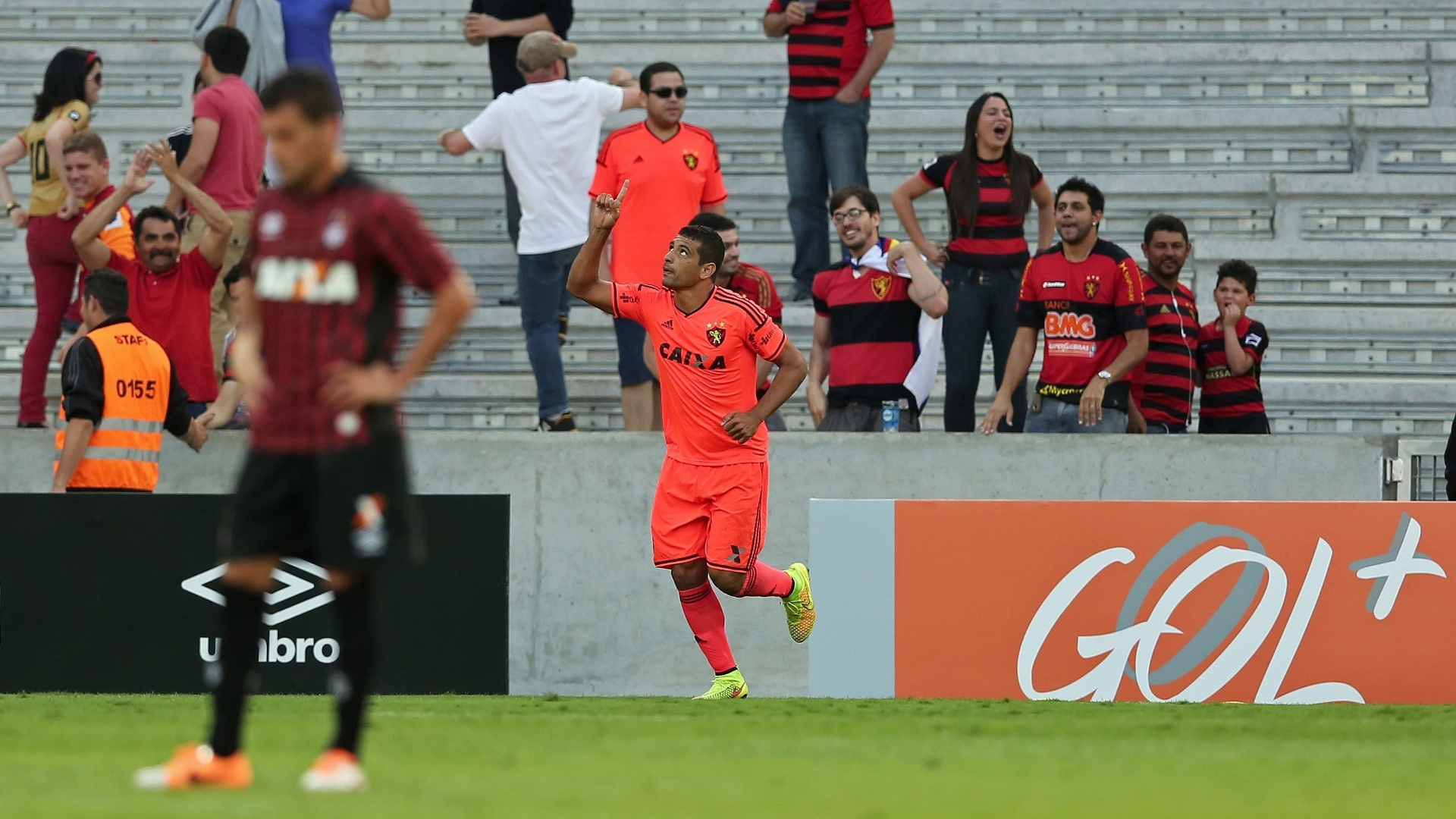 Diego Souza festeja gol da vitória do Sport sobre o Atlético-PR