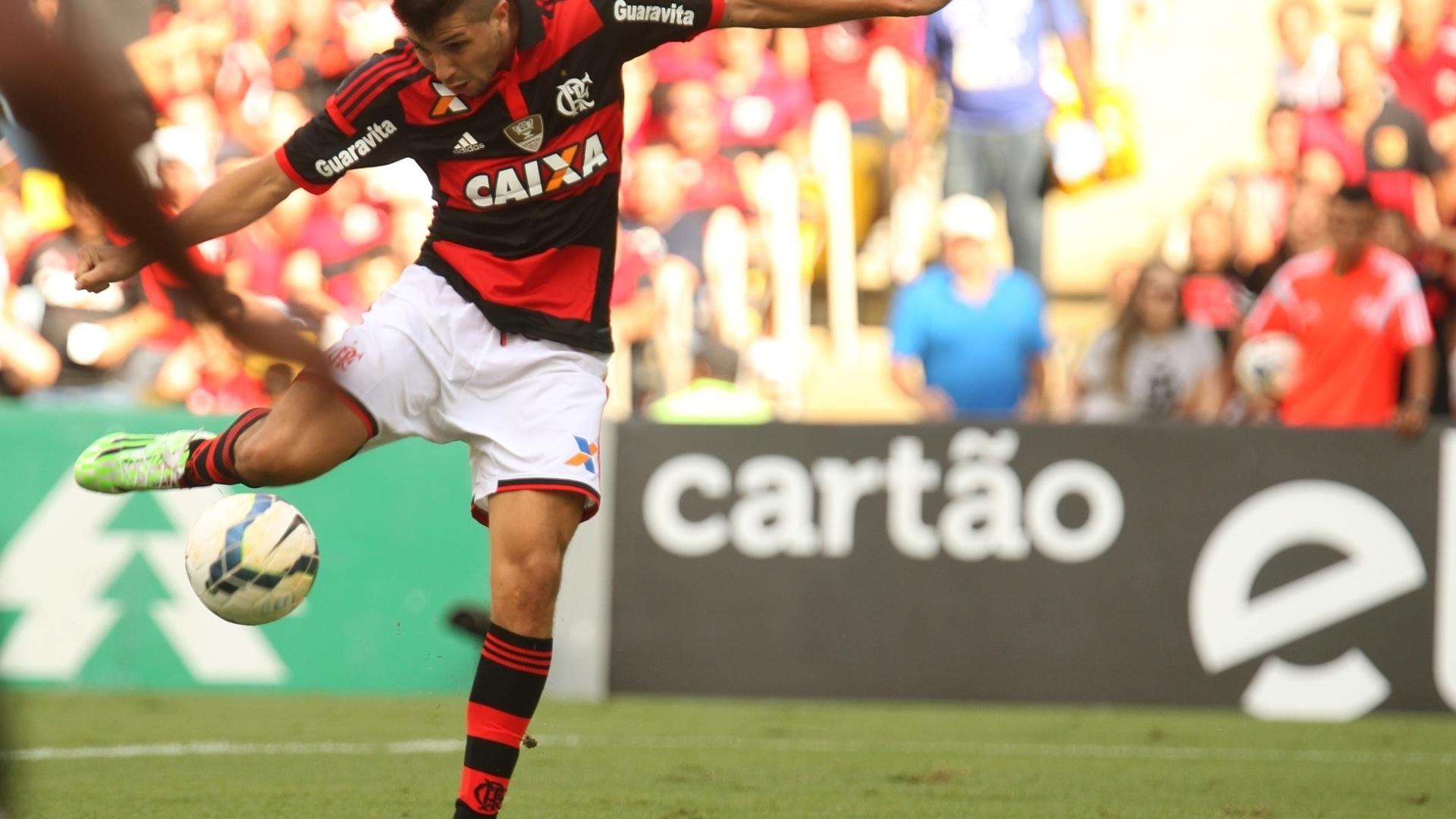 Lucas Mugni manda a bola para o fundo do gol do Coritiba no jogo do Flamengo