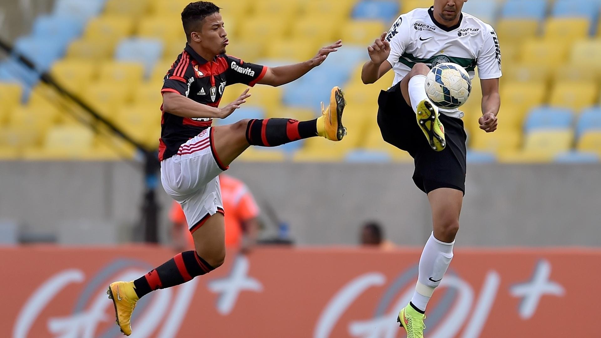 Nixon e Leandro Almeida disputam bola na partida entre Flamengo e Coritiba