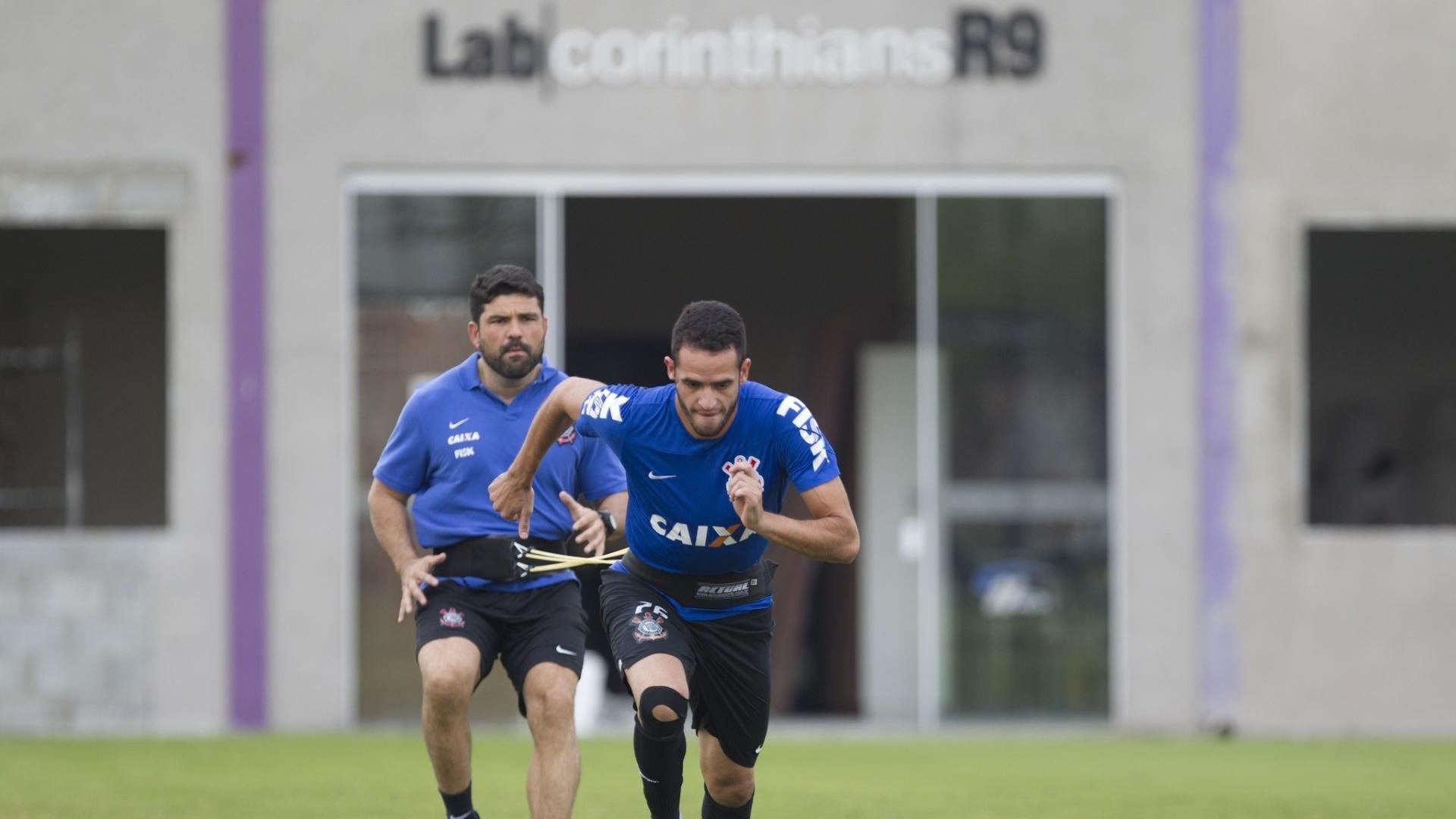 Bruno Mazzioti, fisioterapeuta, molda os movimentos do corintiano Renato Augusto