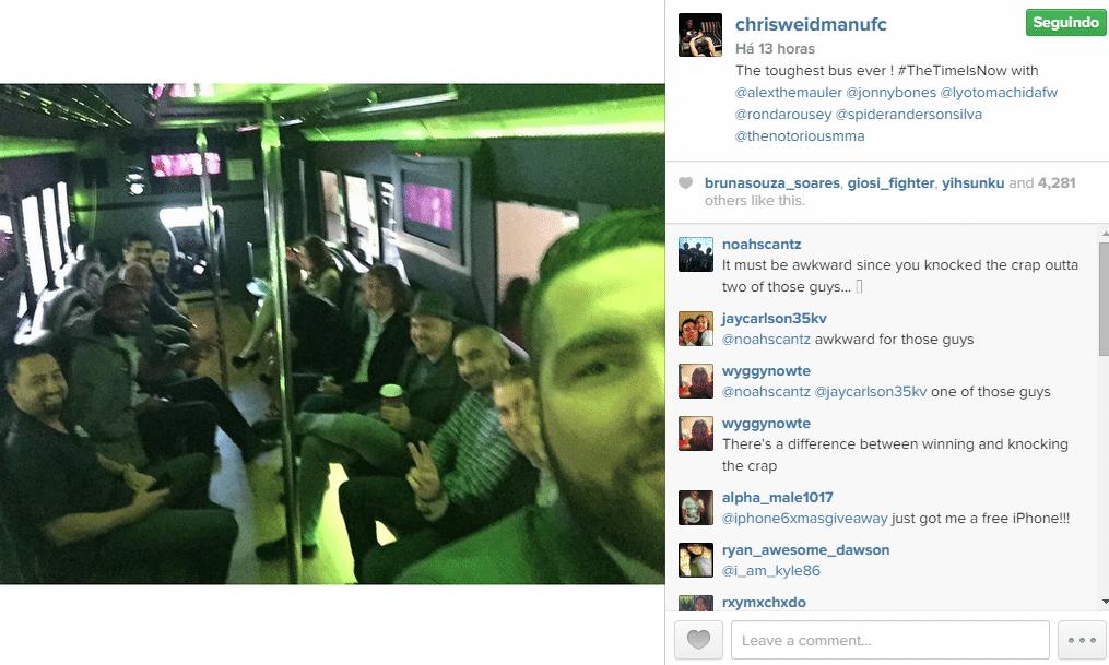 Chris Weidman tira selfie com astros do UFC no
