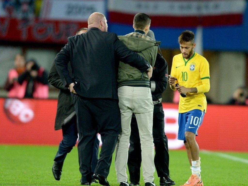 Neymar dá autógrafo em camisa de invasor ao ser substituído por Dunga