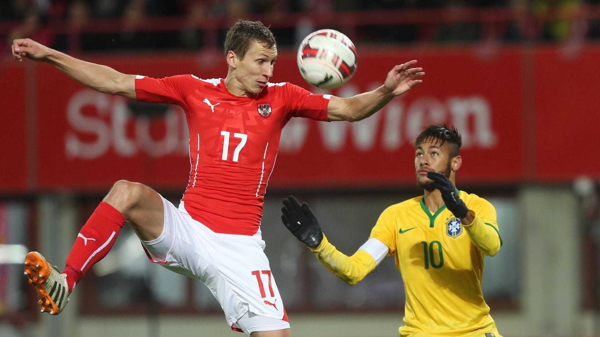 Neymar disputa bola pelo alto com austríaco Klein durante amistoso do Brasil