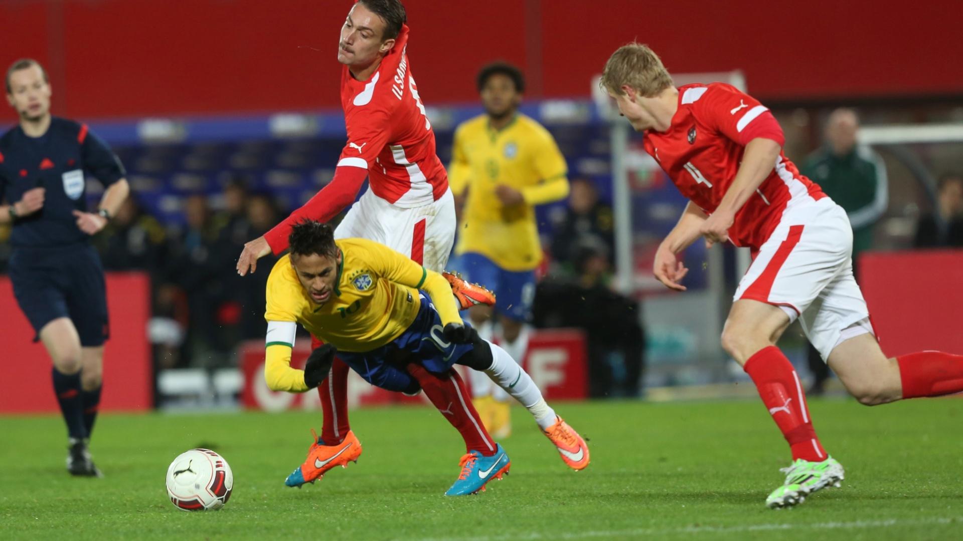 Neymar é derrubado por adversários austríacos durante amistoso do Brasil