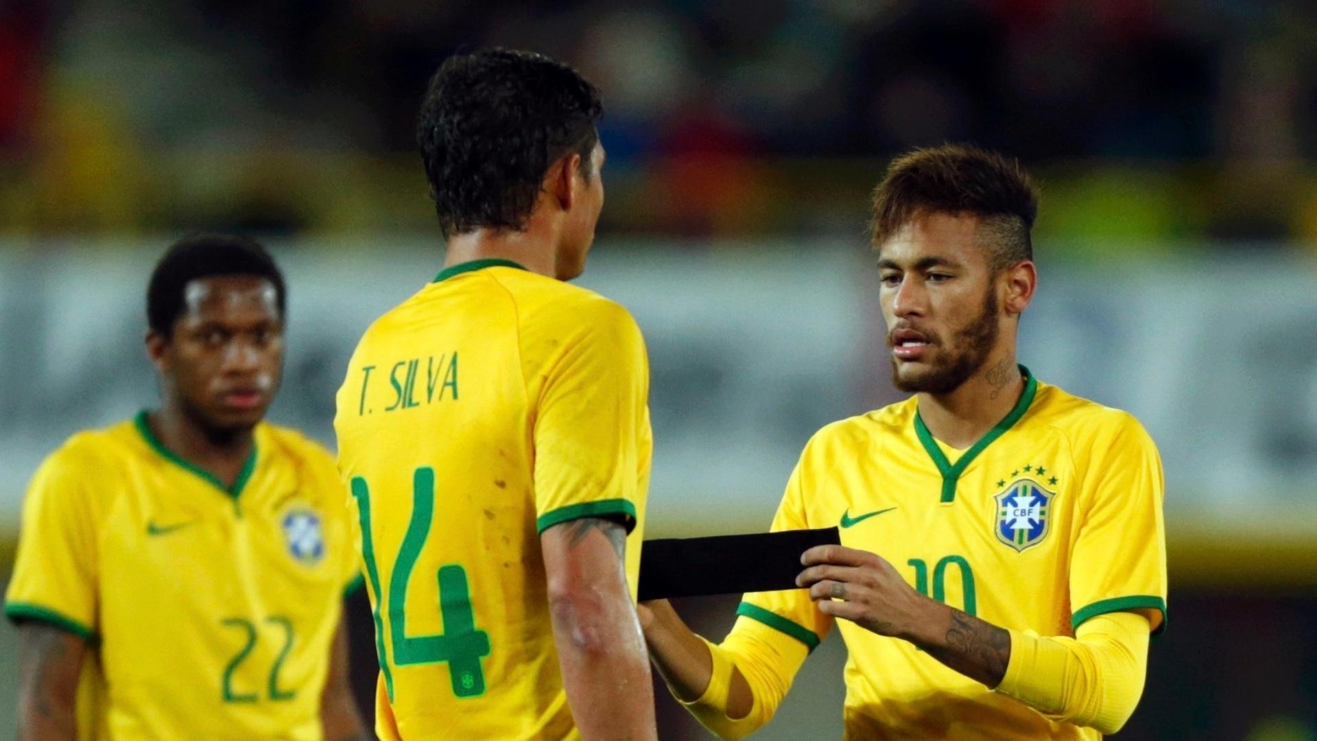 Neymar é substituído e deixa faixa de capitão com Thiago Silva