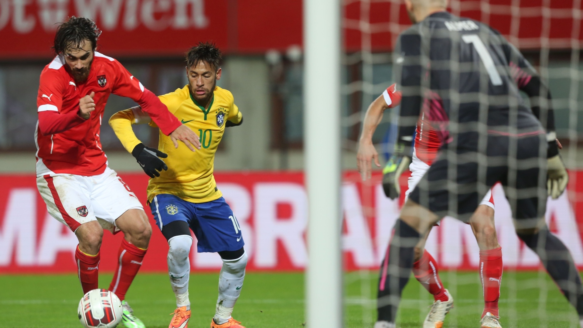 Neymar tenta finalizar durante jogo do Brasil contra a Áustria