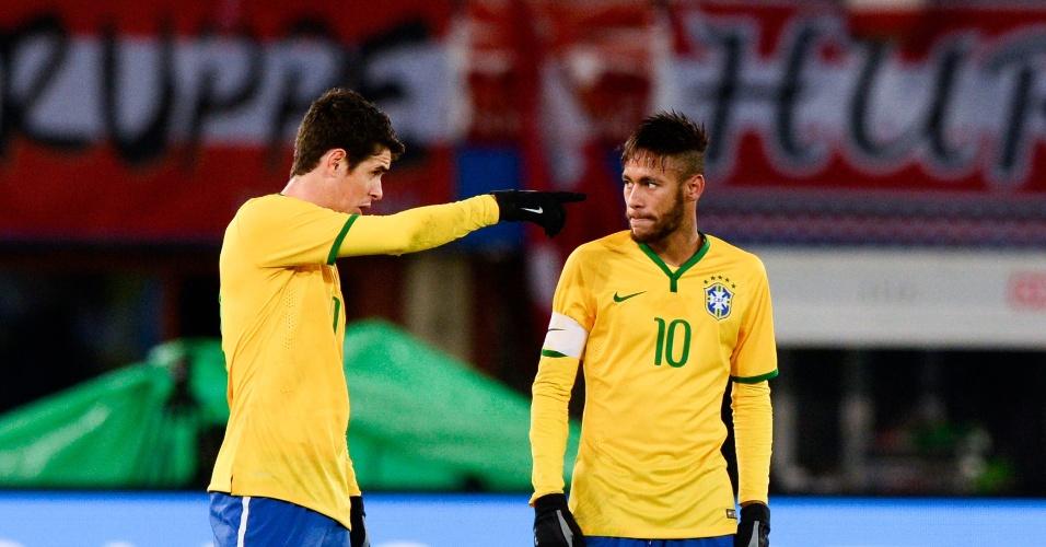 Oscar (direita) e Neymar conversam durante jogo do Brasil contra a Áustria