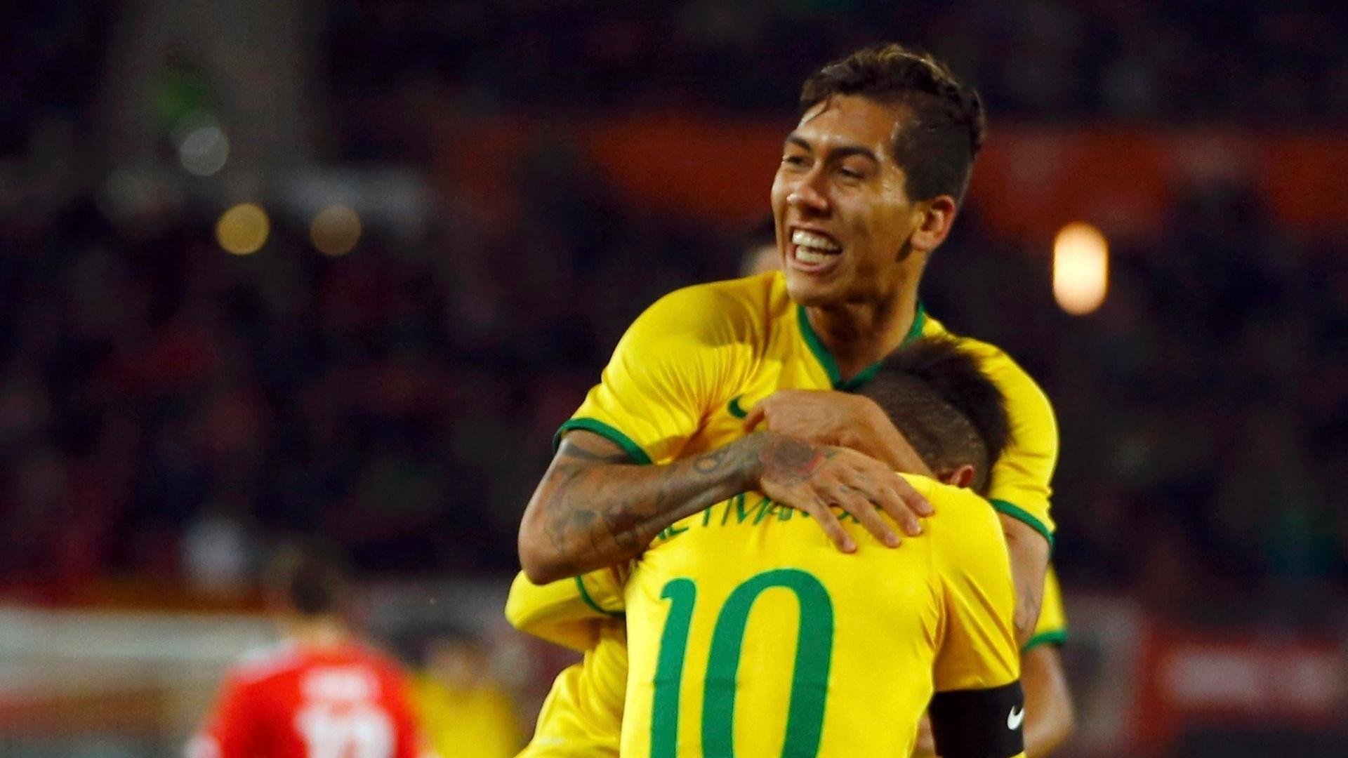 Roberto Firmino abraça Neymar após marcar seu primeiro gol pela ...