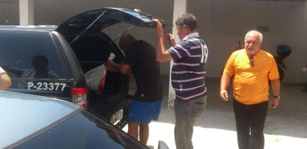 19.nov.2014 - Preso no Litoral paulista, ex-jogador Edinho é levado para fazer exame de corpo de delito