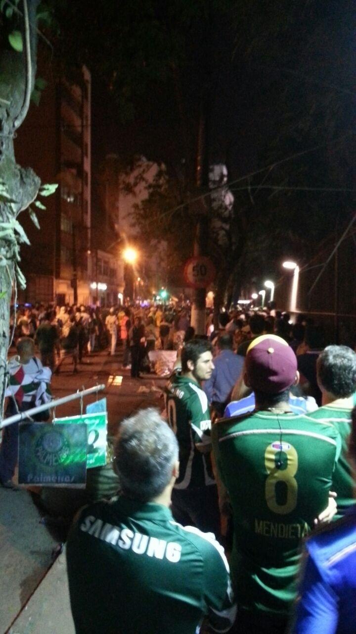 Confusão entre torcedores no portão A da Arena Palestra