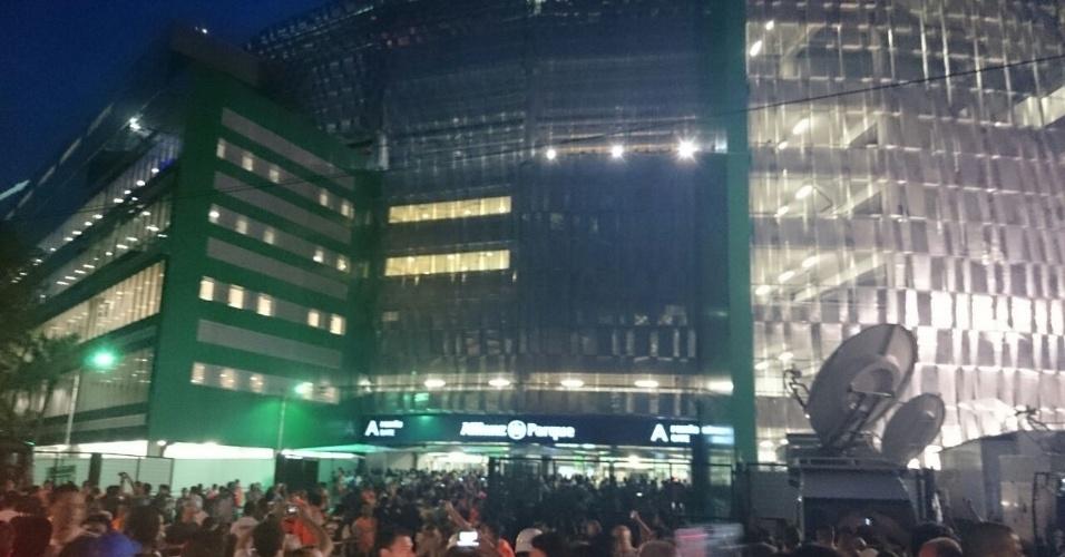Internauta do UOL mostra entrada da Rua Turiassu iluminada antes de inauguração da Arena Palestra