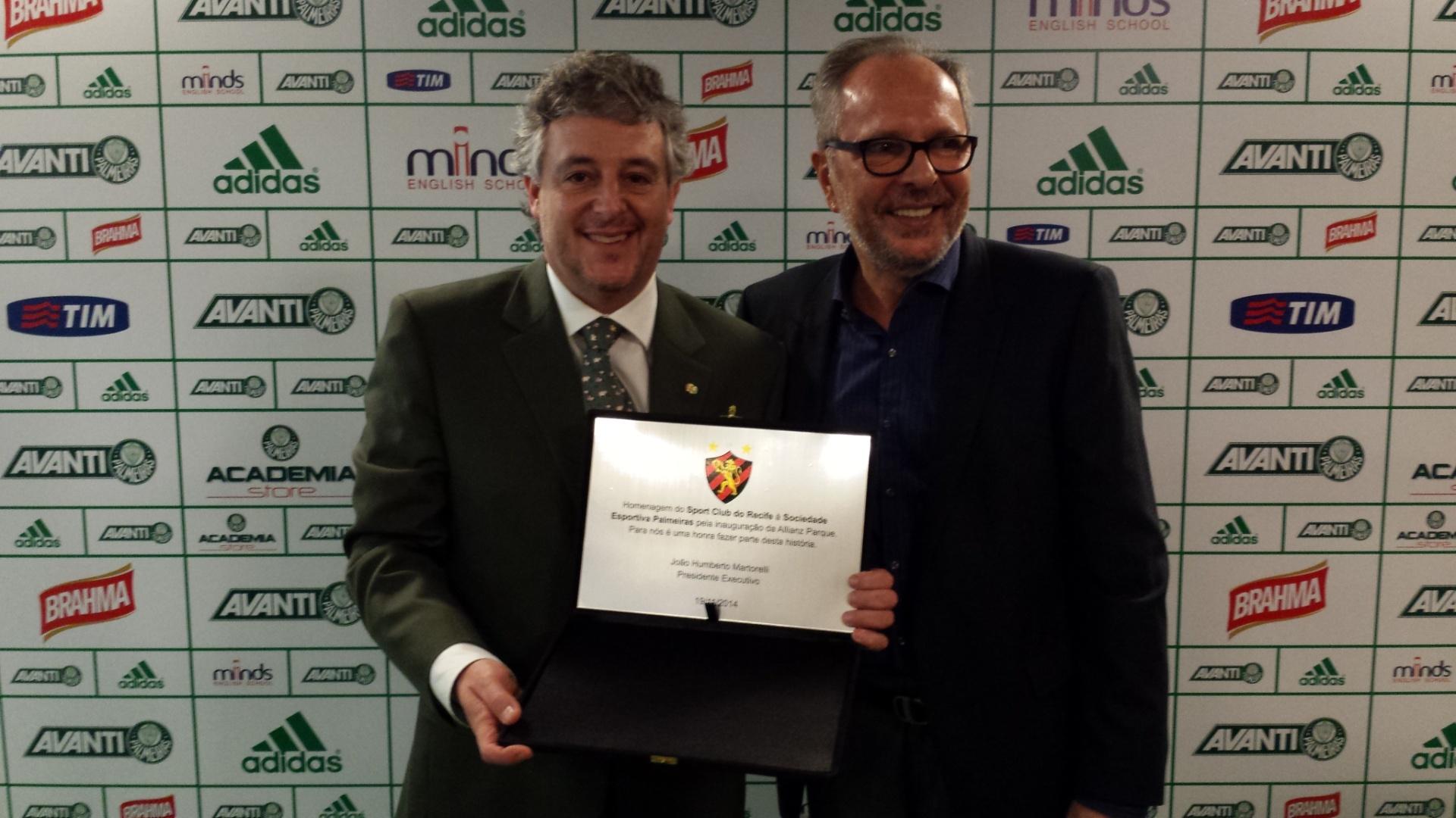 João Humberto Martorelli, presidente do Sport, recebe placa de Paulo Nobre pelo primeiro jogo na Arena Palestra