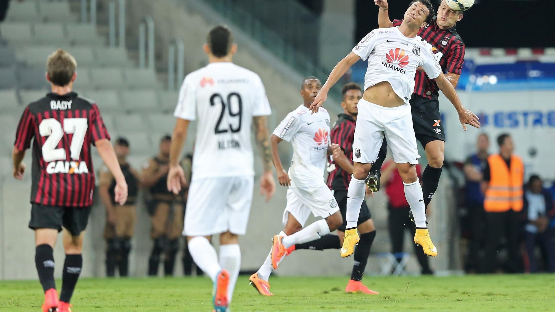 Leandro Damião, do Santos, e Gustavo, do Atlético-PR, disputam bola pelo alto
